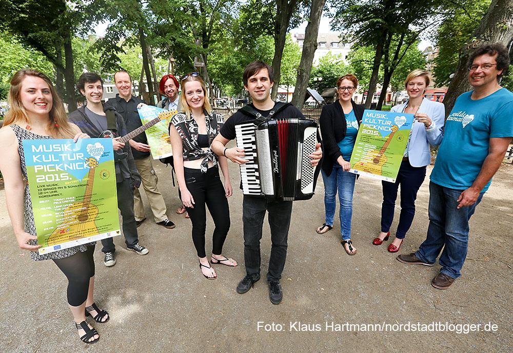 Präsentation Musik. Kultur. Picknick 2015 auf dem Nordmarkt mit der Band Revolving Compass und Veranstaltern Kulturbüro und Quartiersmanagement
