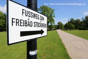 Schilder im Hoeschpark weisen den Weg zur Stockheide