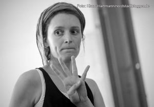 Probe des Tanz- und Theaterprojektes Sugar-Snap-Paradise mit Theaterpädagogin und Schauspielerin Emilia Hagelganz