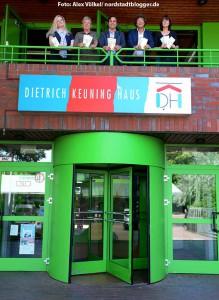 Das Team des Dietrich-Keuning-Hauses präsentiert das neue Halbjahresprogramm.