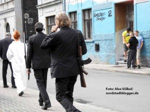 Die Aktionskünstler machten die Neonazis direkt vor deren Haustür zu unfreiwilligen Komparsen.