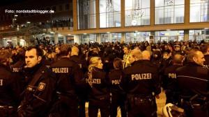Statt über die Außentreppe links führte der Polizeiführer die Neonazis in der Nacht zu Sonntag mitten in den Bahnhof, wo die Flüchtlinge erwartet wurden.