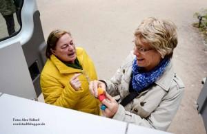 Simone Brezinski erklärt Daniela Schneckenburger die Ausstattung des Jugendamtsmobils.