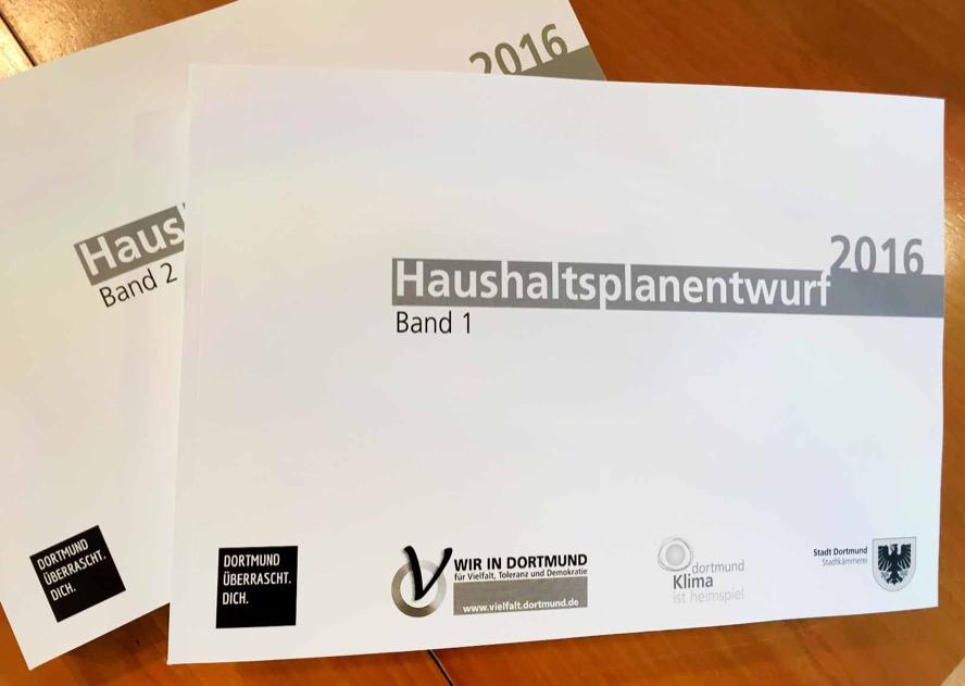 1155 Seiten stark ist der zweibändige Haushaltsplanentwurf der Stadt Dortmund für 2016.
