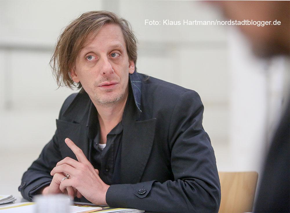 Kay Voges, Intendant des Schauspiel Dortmund, stellt die neue Spielstätte, den ehemaligen Megastore des BvB, und neue Premieren vor.