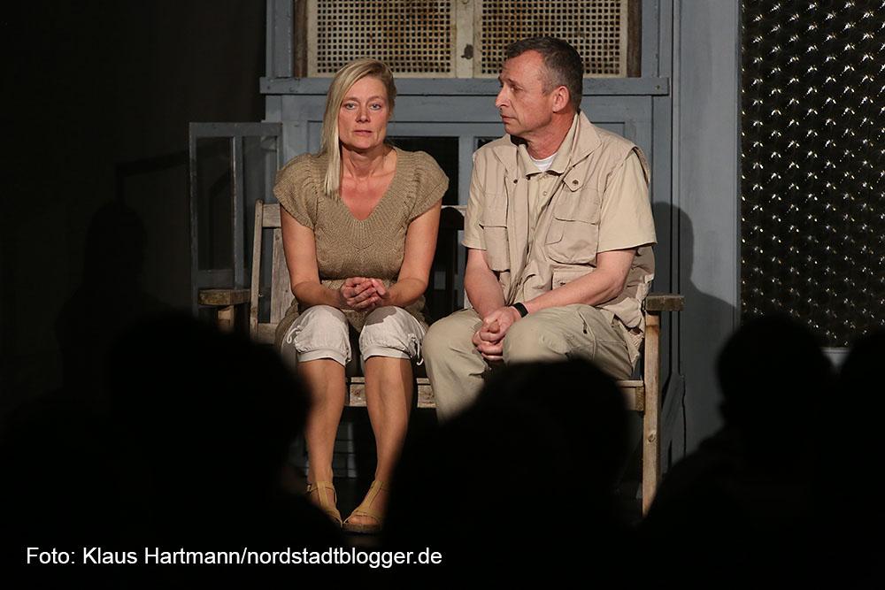 """Premiere des Theater-Stücks """"Der Kick"""" im Wichern-Haus. Thomas Gramen als Jürgen Schönfeld, Daniela Menzel als Jutta Schönfeld"""