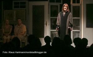 """Premiere des Theater-Stücks """"Der Kick"""" im Wichern-Haus. Christina Kirketerp als Staatsanwältin"""