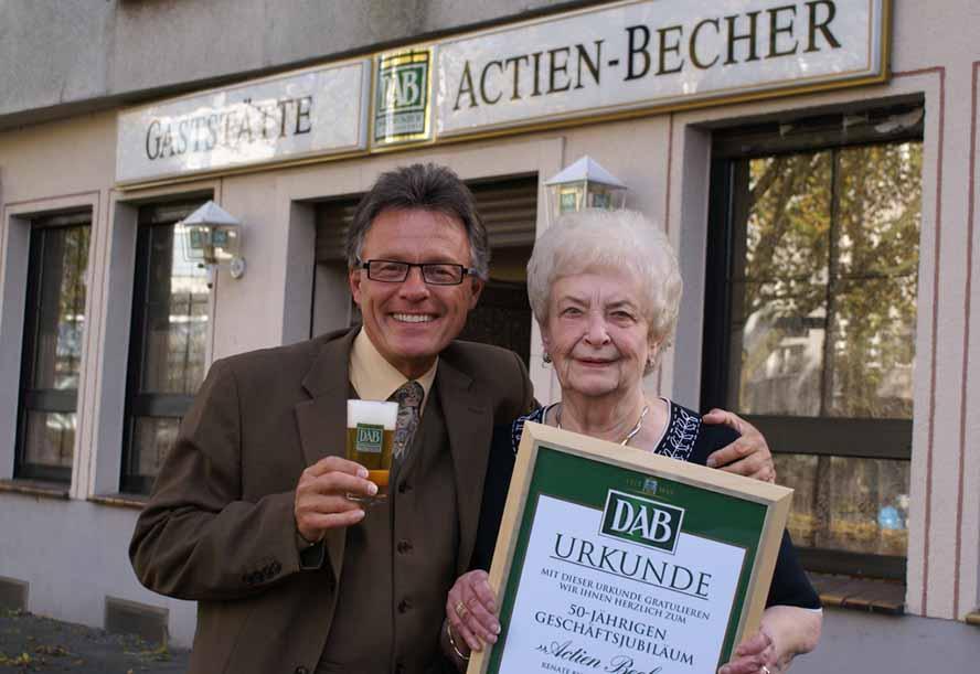 Alexander Olschowka, Verkaufsleiter von den Dortmunder Brauereien, gratulierte Jubilarin Renate Bisterfeld zum 50. Jubiläum als Wirtin im Actien-Becher. Foto: Foto: p:e:w