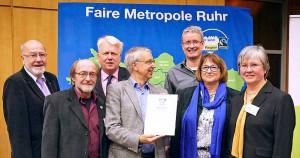 Fairtrade Geschäftsführer Dieter Overath überreichte der Dortmunder Delegation mit Oberbürgermeister Ullrich Sierau die Rezertifizierungsurkunde. Foto: Faire Metropole Ruhr e.V./Jan Drews
