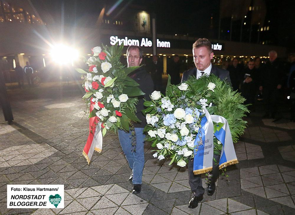 Gedenken an die Pogromnacht im Foyer der Oper und auf dem Platz der alten Synagoge. Kranzniederlegung