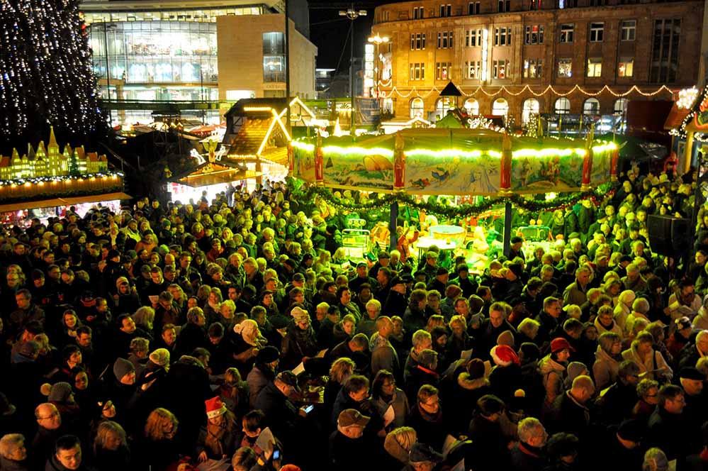 Direkt zu Fuße des großen Weihnachtstanne findet das gemeinsame Singen statt. Foto: Sandra Spitzer/Veranstalter