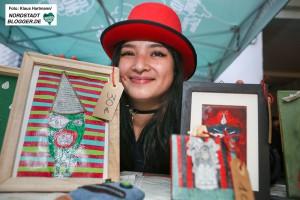 Interkultureller Weihnachtsmarkt im Schleswiger Viertel. Camila mit ihren Kunstwerken