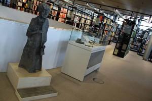 Die Nelly-Sachs-Plastik des Künstlers Bernhard Kleinhans in der zweiten Etage der Stadt- und Landesbibliothek aufgestellt. Foto: Gaye Suse Kromer/ Stadt DO