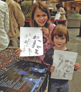 Junge Schachfans: Mona und Kim zeigen stolz die Unterschriften der Schach-Großmeister des Sparkassen Chess-Meetings, die sie anlässlich eineer Autogrammstunde in dr Sparkasse bekommen haben. Foto: Michael Wiczoreck