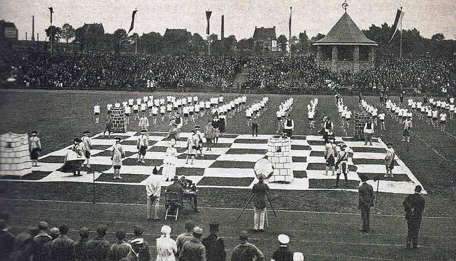 """Zur Eröffnung des Stadion Rote erde am 13. Juni 1926 gab es eine """"lebende Schachpartie"""" des Dortmunder Arbeitersports. Archivbild: Gerd Kolbe"""