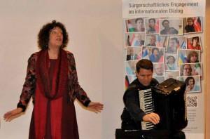 Erzählerin Odile Néri-Kaiser und Akkordeonist Ulrich Schlumberger. Fotos: AGNRW