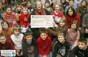 Aplerbeck Spende Afgahnistan. Schüler des Gymnasium an der Schweizer Allee übergeben Karla Schefter Scheck über 3660 € für Krankenhaus -Projekt in Afgahnistan