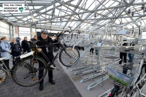 OB Ullrich Sierau gehörte zu den ersten Nutzern der neuen Radstation.