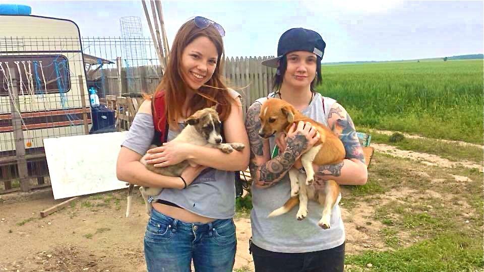 Regisseurin Linda Rosenkranz (links) stellt Menschen vor, die sich um die Hunde kümmern.