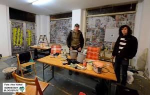 """Fotokünstler Hendrik Müller und Sascha Bender von """"Black Pigeon"""" vor der zerstörten Glasfront."""