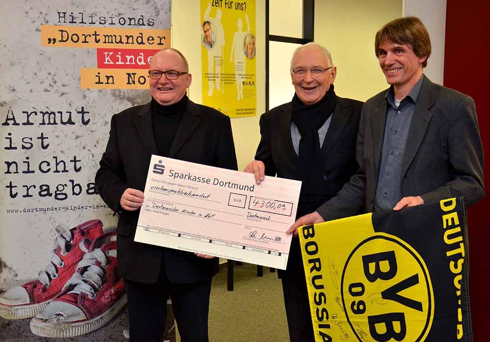 """BVB-Legende Aki Schmidt (Mitte) übergab seine Spende für """"Kinder in Not"""" an Propst Andreas Coersmeier (li.) und Alwin Buddenkotte (re.).Foto: pdp"""