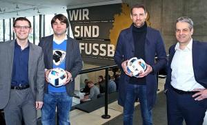 Dr. Henry Wahlig (Manager ANSTOSS), Ben Redelings, Christoph Metzelder und Museumsdirektor Manuel Neukirchner (v.li.) stellen das Kultur- und Veranstaltungsprogramm ANSTOSS im Deutschen Fußballmuseum vor.