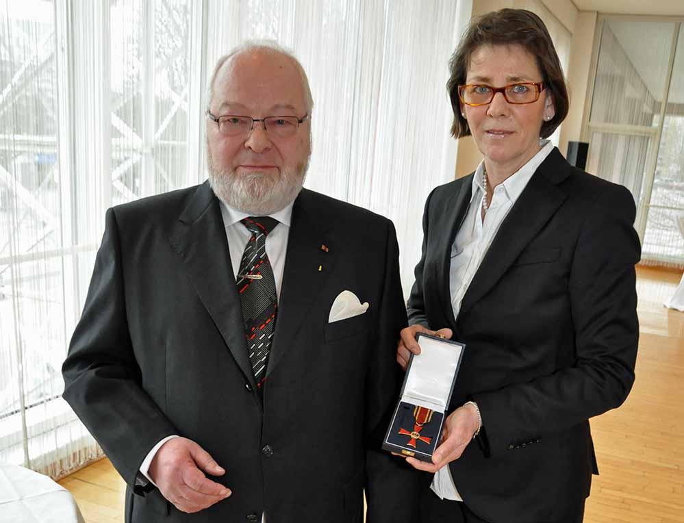 Joachim Fischer bekam das Verdienstkreuz am Bande von Bürgermeisterin Birgit Jörder überreicht. Foto: Anja Kador/Stadt DO
