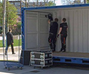 Leitungen müssen verlegt, Lautsprecher schon montiert sein - dann beginnt der Container-Umbau zu einem Biertempel. Fotos: Joachim vom Brocke
