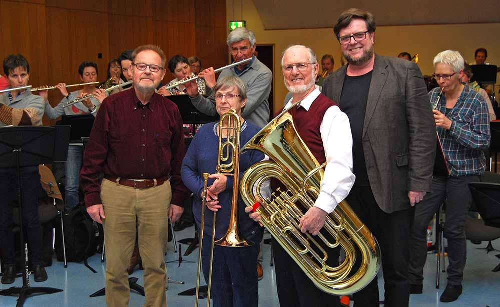 Orchesterleiter Prof. Heinz Kricke, Inge Zimmermann, Jubilar Gerd Zimmermann, Musikschulleiter Volker Gerland. Foto: Musikschule