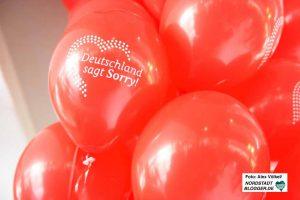 """Zahlreiche """"Deutschland sagt Sorry""""-Ballons wurde vor und in der Agentur verteilt."""