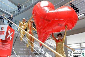 Mit einer künstlerischen Performance überraschten KünstlerInnen in die Zentrale an der Steinstraße.
