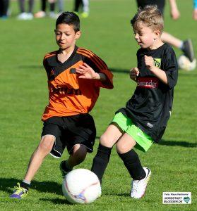 Probleme mit den Umkleideräumen im Hoeschpark wegen Baseball und American Football. Kinder des DJK Saxonia (Orangefarbene Trikots) im Spiel gegen den VfR Sölde