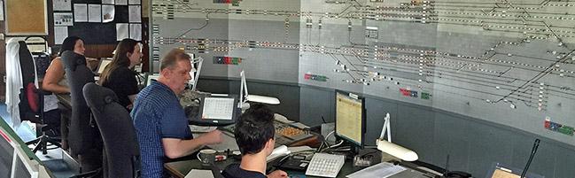 40 Jahre Zentralstellwerk am Hauptbahnhof: Fünf MitarbeiterInnen bemühen sich um pünktliche Abfahrt