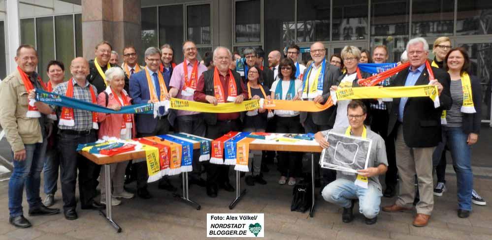 """VertreterInnen haben sich mit insgesamt 1000 Schals mit dem Aufdruck """"Dortmund ist Vielfalt"""" eingedeckt."""