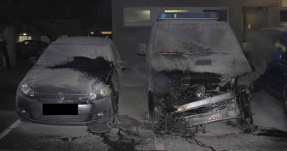 Mit Feuerlöschern konnten die Beamten die Fahrezuge löschen. Der Schaden liegt bei 60.000 Euro.