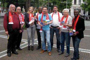 Mitglieder der SPD Innenstadt West werben am Wilhelmplatz für die Gegenveranstaltung am 4. Juni