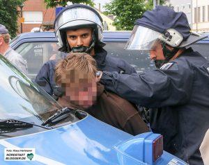 Festnahme eines Gegendemonstranten - 22 Antifaschisten kamen vorübergehend ins Gewahrsam. Foto: Klaus Hartmann