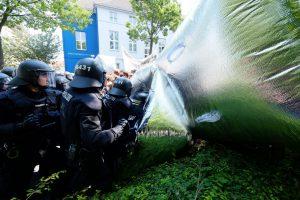 """Die Polizei ging teils massiv gegen die TeilnehmerInnen von """"BlockaDO"""" vor. Foto: Uwe Bitzel"""