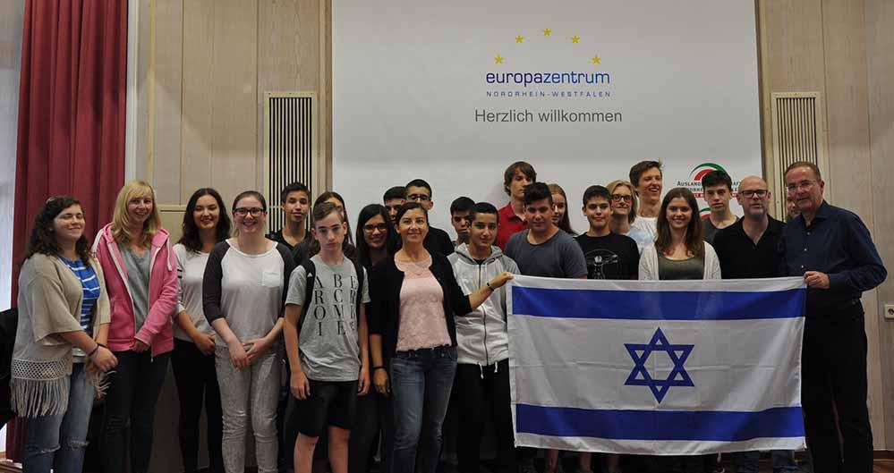 """Der Präsident der Auslandsgesellschaft NRW e.V. Klaus Wegener (rechts) begrüßt die Teilnehmer des Deutsch-Israelischen Jugendaustausches """"Building Bridges""""."""