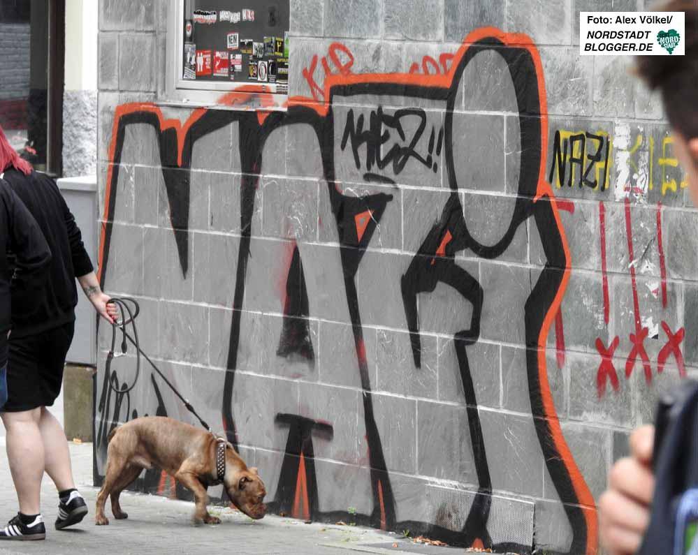 Nicht nur Hunde, auch Neonazis markieren ihr vermeintliches Revier.