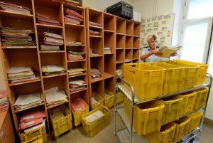 Wachtmeisterin Beate Burmester in einer Poststellen - tausende Briefe gehen hier täglich ein und aus.