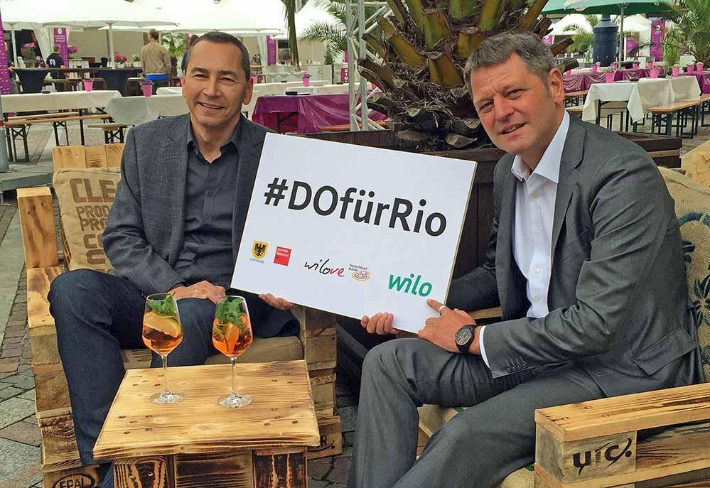 #DOfürRio - Public Viewing zu olympischen Wettbewerben präsentieren Kay Hoffmann (WILO, links), und Dr. Ulrich Potthoff (Dortmund Agentur). Foto: Joachim vom Brocke
