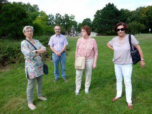 001 - Grünen Rasen unter den Füßen haben heute Brigitte Janus, Richard Smolka, Brigitte Smolka und Karin Michalak, wo sie einst im Wasser planschten.