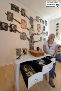 Sylvia Reuße hat einen Stammbaum gestaltet. Ergänzt wird die Wandgestaltung durch die Anordnung des Tischchens mit alten Briefen und Fotos.