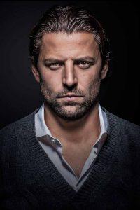 Fußballprofi Roman Weidenfeller zeigt Gesicht gegen Kindesmisshandlung. Die Ausstellung mit Porträts weiterer Prominenter läuft im Stilwerk. Foto: Carsten Sander
