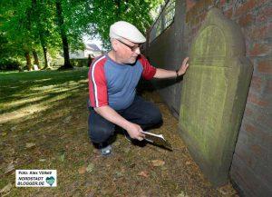 Dan Bondy entziffert die deutschen und hebräischen Inschriften.