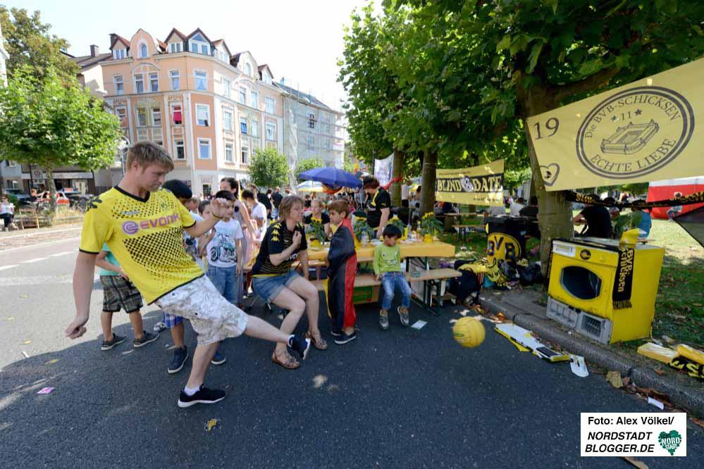 Mehrere BVB-Fanclubs waren am Gründungsort ihres Vereins dabei - inklusive auf Torwandschießen auf einen Trockner.