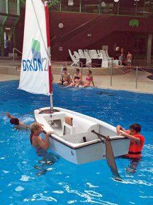Gar nicht so einfach: aus dem Wasser ins Boot klettern.