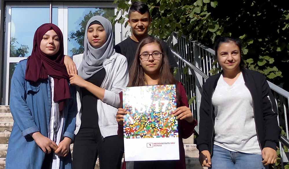 """Fünf von sechs Medienscouts der Anne-Frank-Gesamtschule präsentieren das neu erworbene Abzeichen """"Medienscouts Schule NRW 16/17""""."""