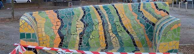 Mosaikbank an der Münsterstraße frisch restauriert